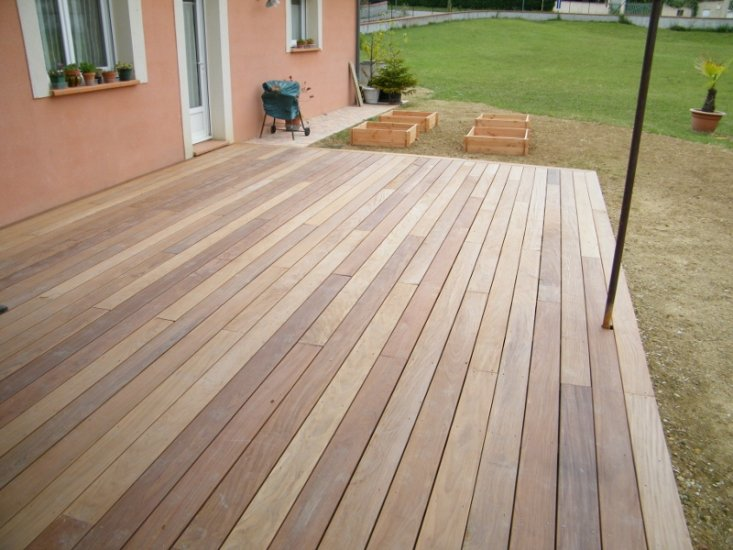 terrasse en lames de bois carrelage pav s ou en dallage devant un magasin portet sur garonne. Black Bedroom Furniture Sets. Home Design Ideas