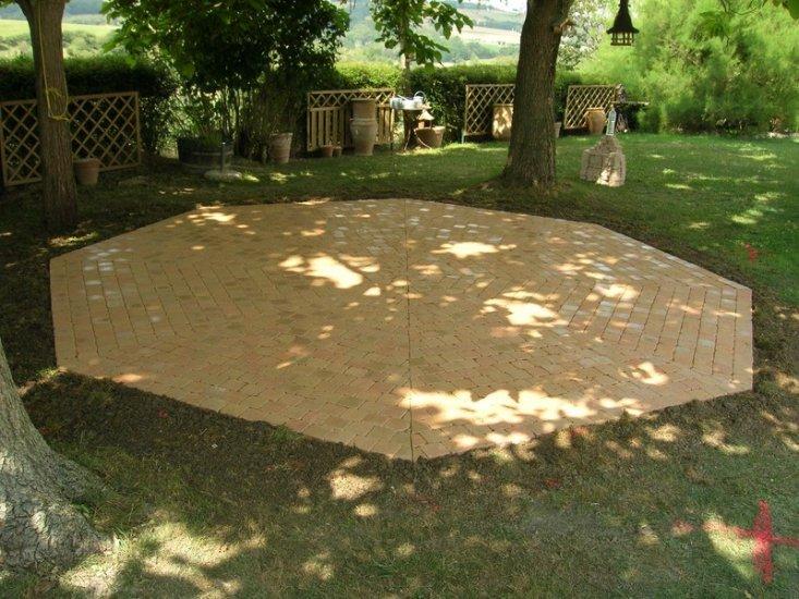 Terrasse en lames de bois, carrelage, pavés ou en dallage