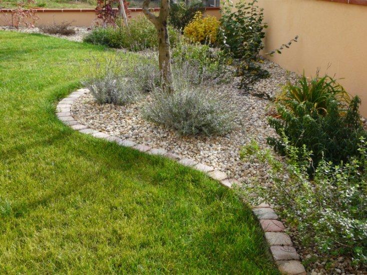 Cr ation de massifs dans un jardin de muret paysagiste toulouse entretien de jardins et d for Pierres pour muret de jardin