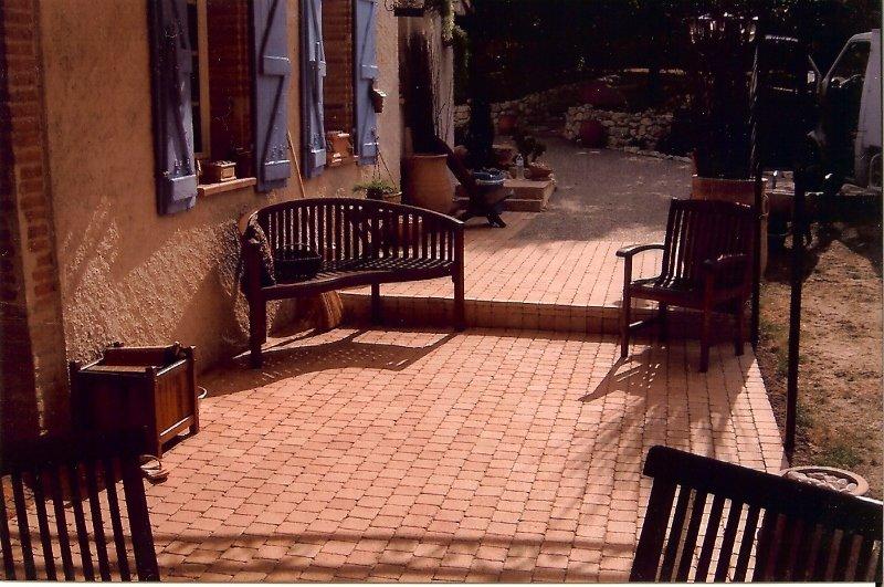 une terrasse un patio le plus petit espace ext rieur peut se transformer en une pi ce vivre. Black Bedroom Furniture Sets. Home Design Ideas
